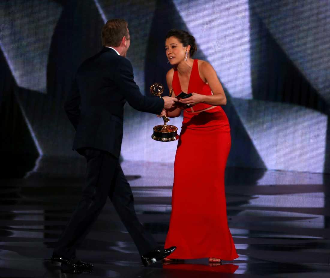 Kiefer Sutherland delade ut pris till Tatiana Maslany.