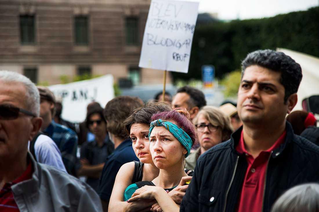 Cirka 300 personer befann sig på Mynttorget för att manifestera mot den nya lagen.