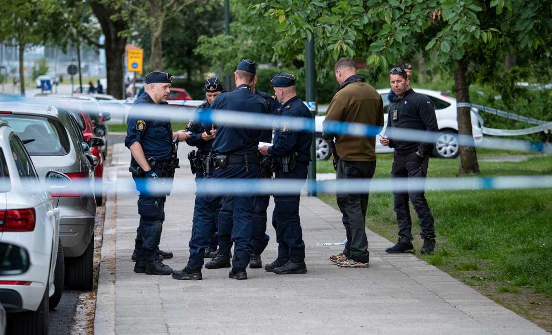 En man i 20-årsåldern hittades skjuten i Malmö efter ett larm om skottlossning i bostadsområdet Nya Bellevue i Malmö. Mannen fördes till sjukhus men senare kom beskedet att han dött av sina skador.