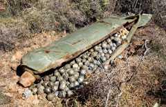 Kriget mellan Israel och Libanon 2006. Odetonerad kapsel med hundratals klusterbomber fällt av israeliskt flyg.