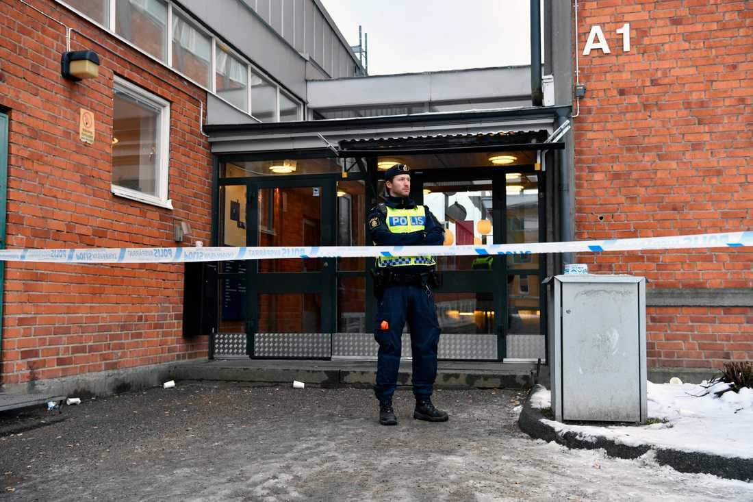 En elev har knivskurits i samband med ett bråk på en skola i Enskede i södra Stockholm.
