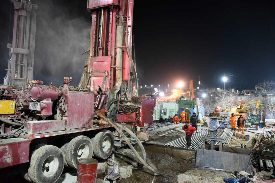 Räddningsarbete pågår för att få ut en grupp instängda gruvarbetare i Shandongprovinsen i Kina. Bild från i måndags.