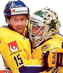 Rickard Wallin och Johan Holmqvist jublar efter Sveriges seger mot Ryssland.