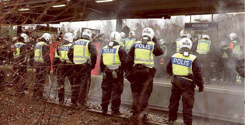 Polisen stoppade antirasisternas demonstration genom att stänga in deltagarna på pendeltågsstationen i Rönninge. Sedan skickades de till Sollentuna och skingrades.