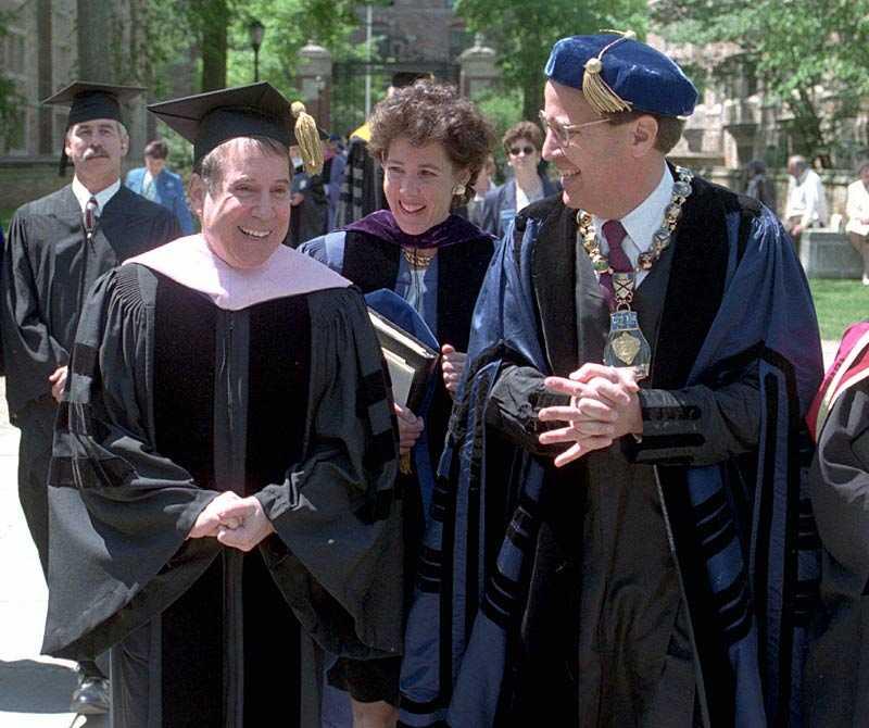 DOKTOR SIMON 1998 utnämndes Paul Simon till hedersdoktor i musik vid Yale University.