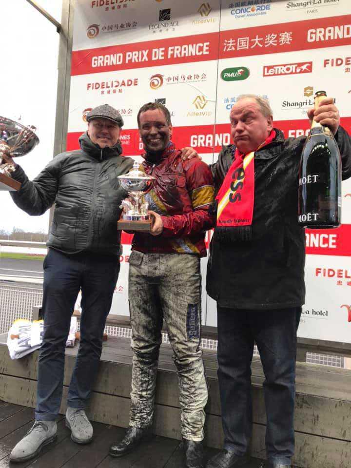 Champagne-indränkta och mycket glada vinnare.