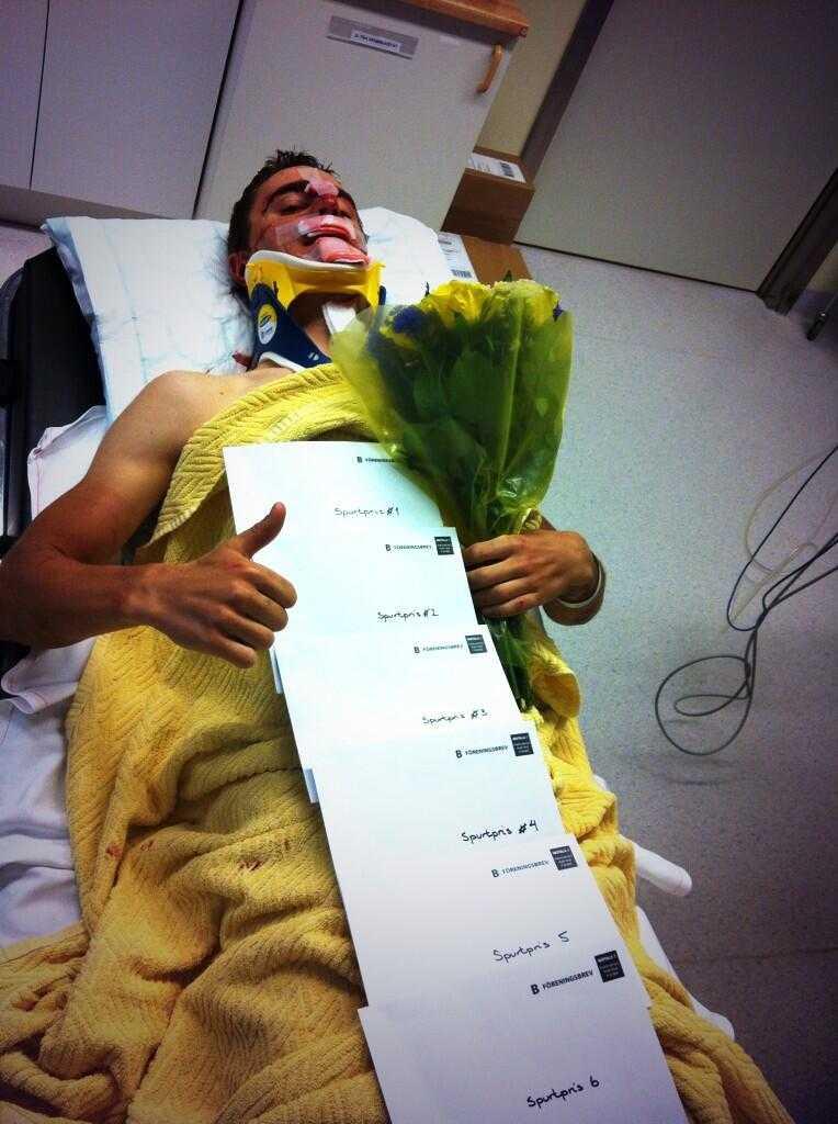 Michael Olsson på sjukhuset där han fick plåstras om rejält.