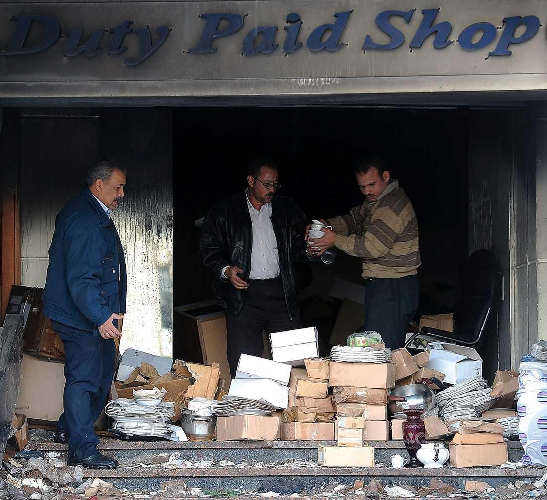 RUINER Butiksägare räddar det som räddas kan ur den eldhärjade affären. Även muséerna har drabbats av plundrare och ovärderliga föremål har förstörts.
