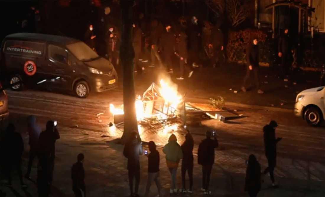 Kravallerna som drabbade Nederländerna mellan den 23–26 januari var de värsta landet upplevt på 40 år. Bilden visar en bilbränning i Harleem, den 25 januari.