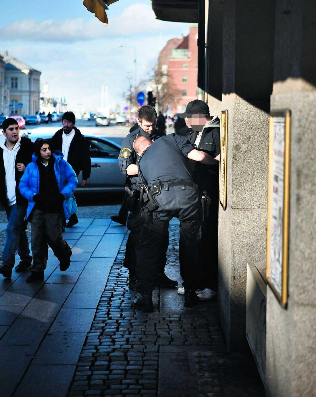 En man med luvtröja grips av polisen mitt i Malmö – för att han liknar signalementet.