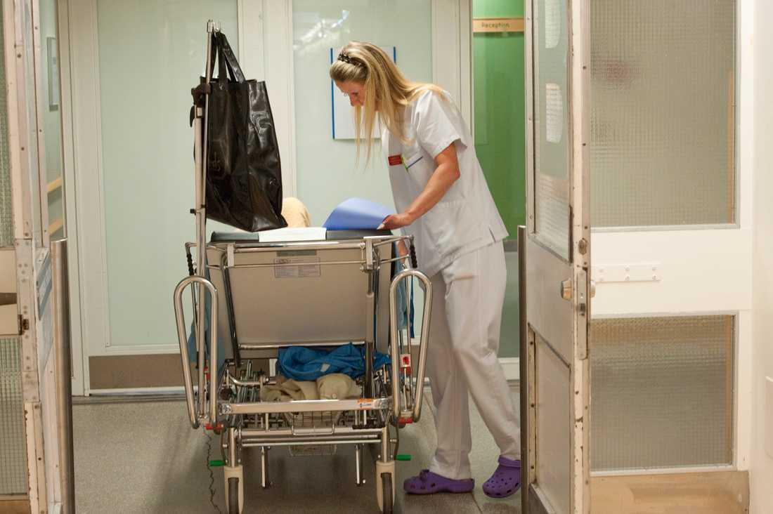 En undersköterska på akuten på Södersjukhuset. Regeringen föreslår nu att undersköterska ska blir en skyddad yrkestitel. Arkivbild.