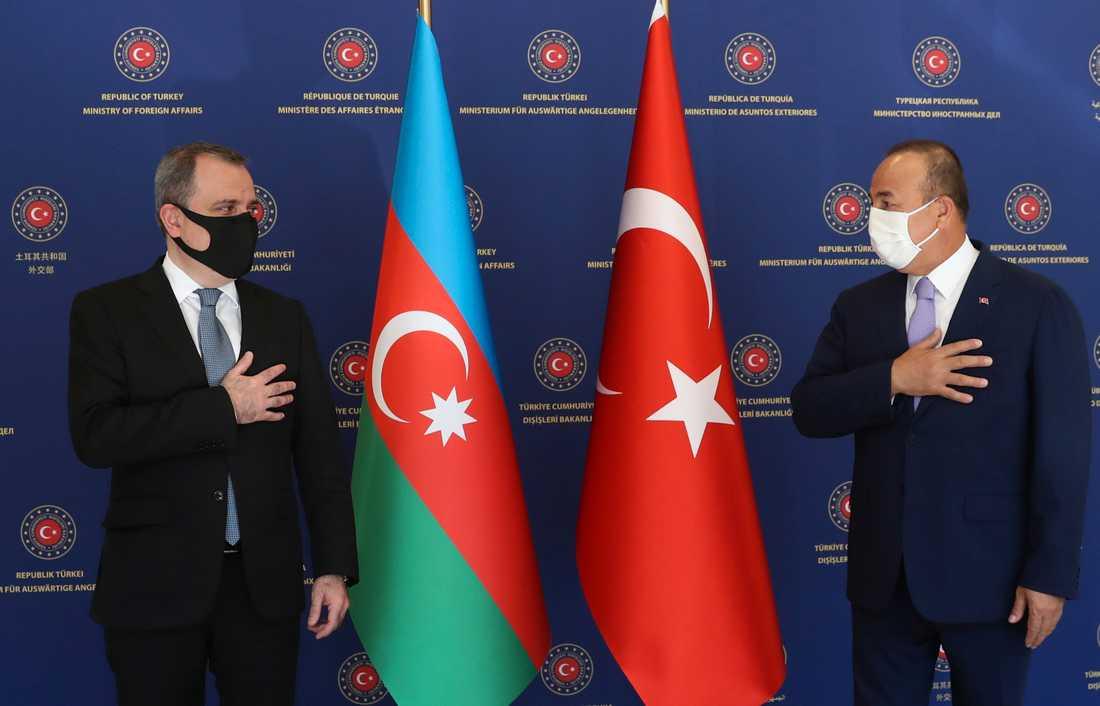 Azerbajdzjans utrikesminister Ceyhun Bayramov och Turkiets utrikesminister Mevlüt Cavusoglu i en hälsning vid ett möte i Turkiets huvudstad Ankara i augusti.