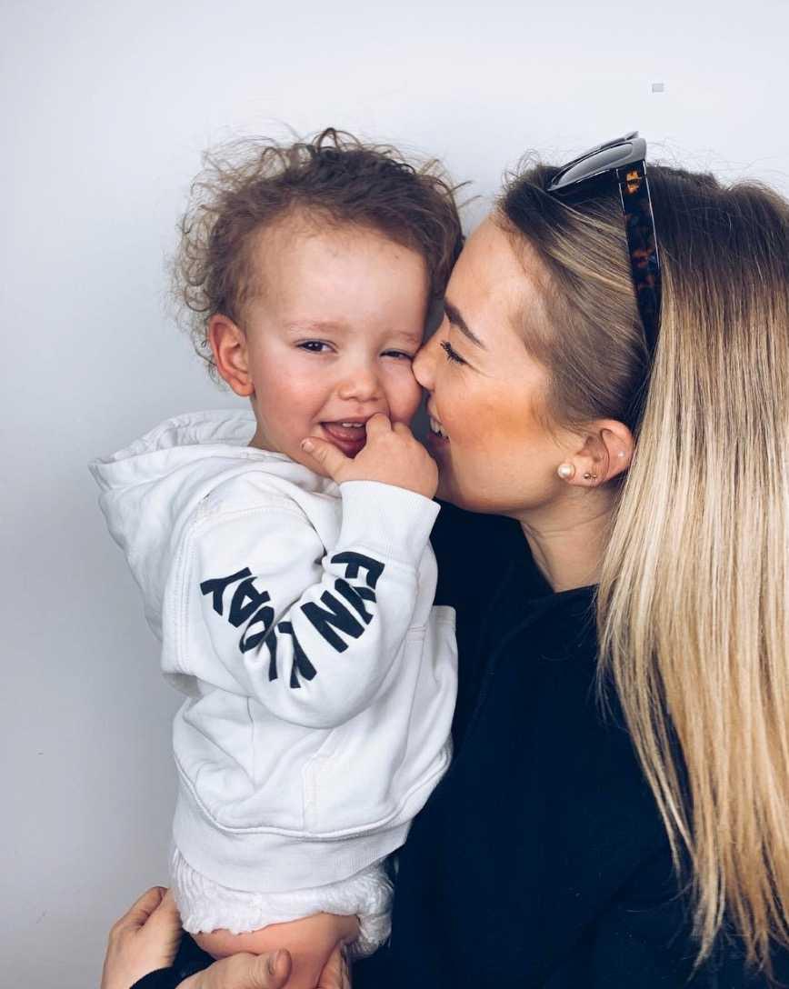 I dag är Theo 2 år gammal och bor med Sofia hos hennes föräldrar.
