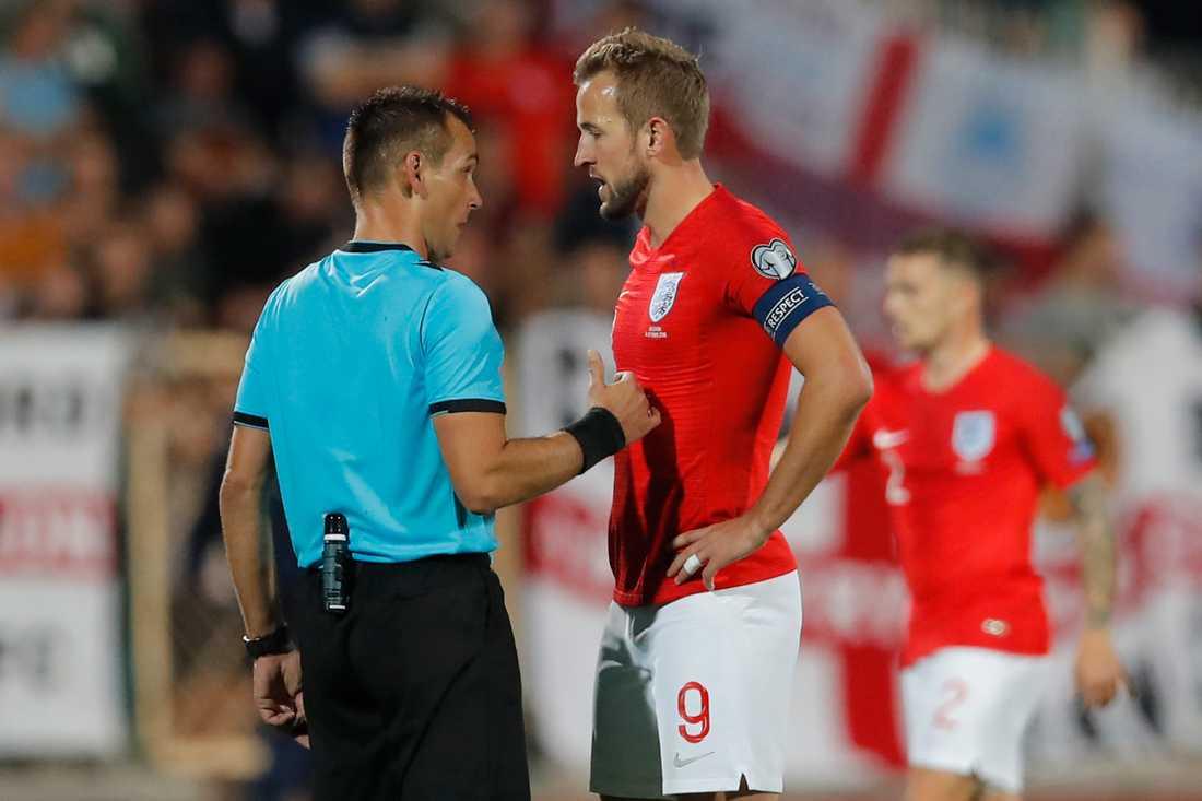 Englands lagkapten Harry Kane berättar för domaren Ivan Bebek om de rasistiska tillmälena i EM-kvalmatchen mot Bulgarien.