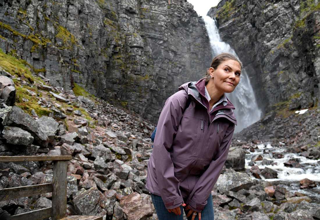 Här framför Sveriges högsta vattenfall Njupeskär.