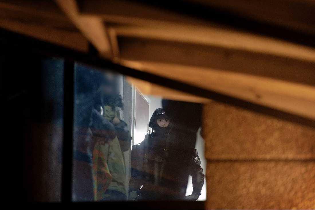 TILLSLAG 1 18.00 – Polisen genomför en husrannsakan i en lägenhet i Norsborg. Tungt beväpnad polis stormar in och polisen tar med sig en kvinna från lägenheten.