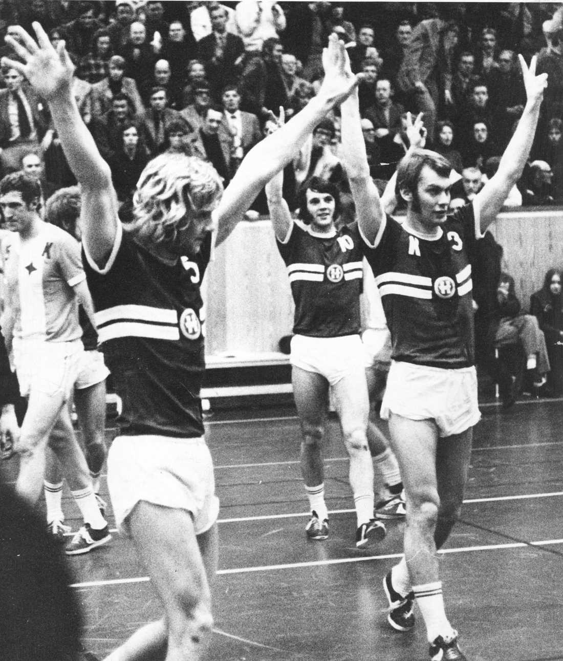 """SM-slutspel, Kristianstad-Hellas, match action. fr.v. Kurt-Göran Kjell """"Kutte"""", Sven Ekbom och lagkaptenen Dan Eriksson, handbollsspelare Sverige Hellas, som jublar efter segern."""