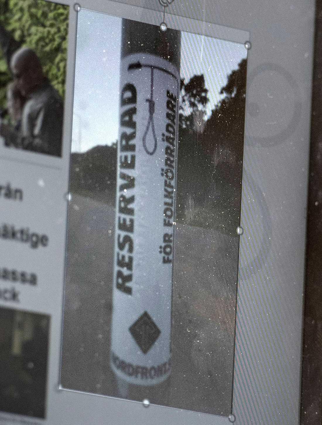 """Ett klistermärke med texten """"Reserverad för folkförrädare"""" uppsatt på en lyktstolpe."""
