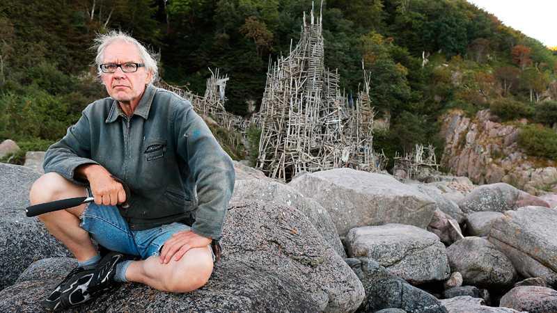 Lars Vilks vid sitt rikskända konstverk Nimis. Foto: Andreas Hillergren