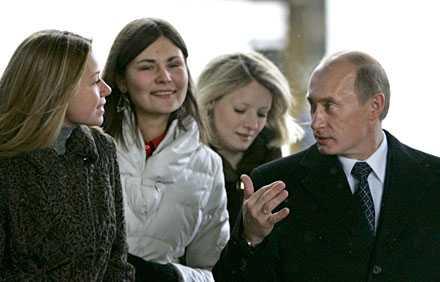 Putin i samspråk med väljare som besökte en av Moskvas vallokaler i dag.