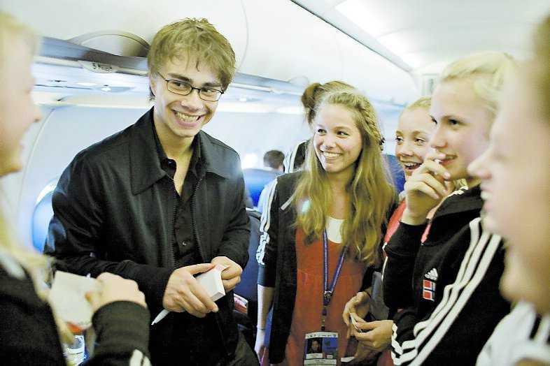 Alexander blir omringad av flera tjejgäng på flygplatsen i Moskva. På flyget hem till Oslo hinner han reflektera över det hektiska dygnet och vinsten.