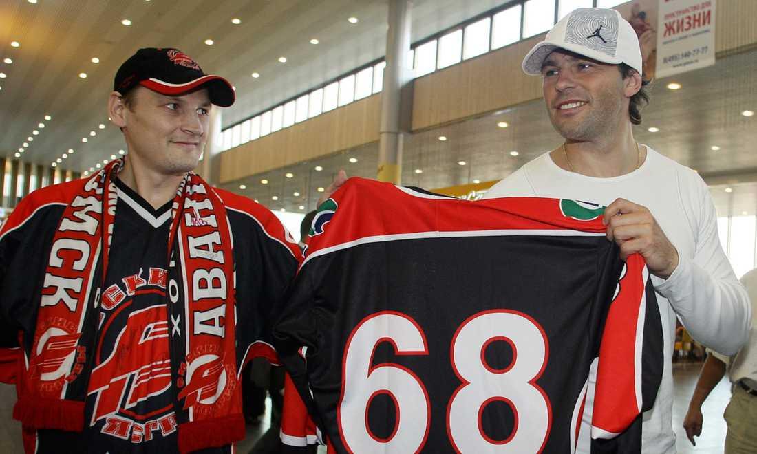 I augusti 2008 blev Jagr klar för ryska Avangard Omsk och storsatsande ligan KHL. Här poserar han med nya matchtröjan bredvid ett fan.