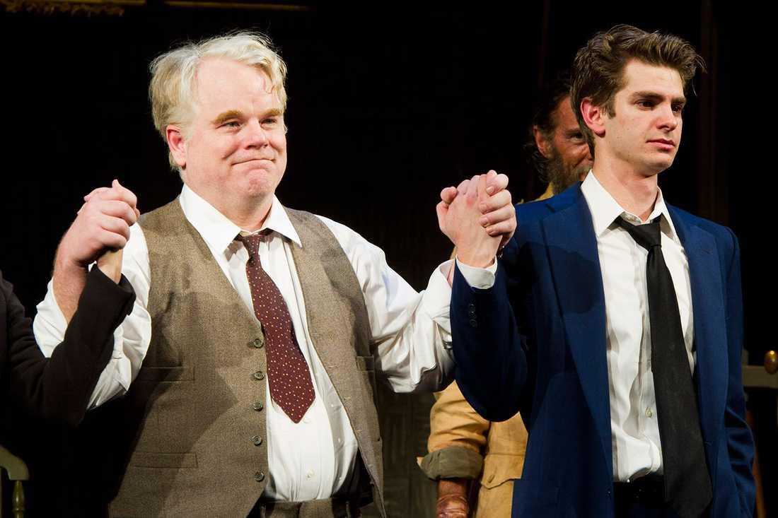 Seymour Hoffman på scen med bland andra Andrew Garfield på Braodway i pjäsen En handelsresandes död 2012.