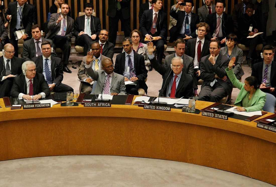 KRIGSFÖRKLARING Trots att Kina, Ryssland, Indien, Brasilien och Tyskland lade ner sina röster lyckades säkerhetsrådet i FN i natt besluta om en flygförbudszon över Libyen.