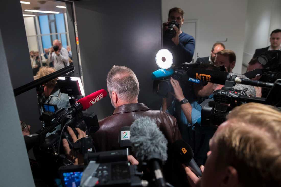 Ett stort pressuppbåd mötte Eirik Jensen utanför rättssalen.