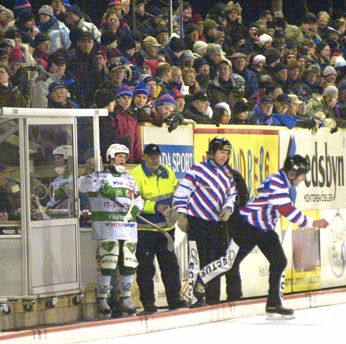 """Fosshaug får matchstraff efter att ha sänkt Edsbyns Magnus """"Kuben"""" Olsson 2003."""