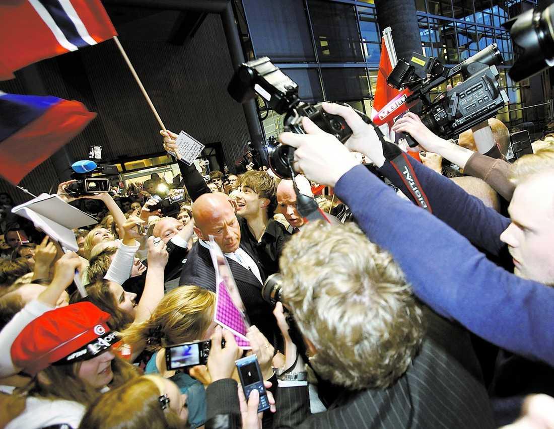 """5 000 jublande fans mötte Alexander på flygplatsen i Oslo. """"Herregud, vad har jag gjort. Det är helt otroligt. Jag hade kanske trott att det skulle komma 20–30 personer"""", sa han. Kaos utbröt och flera personer rapporteras ha ramlat i folk- hopen och någon ska ha träffats i huvudet av en kamera."""