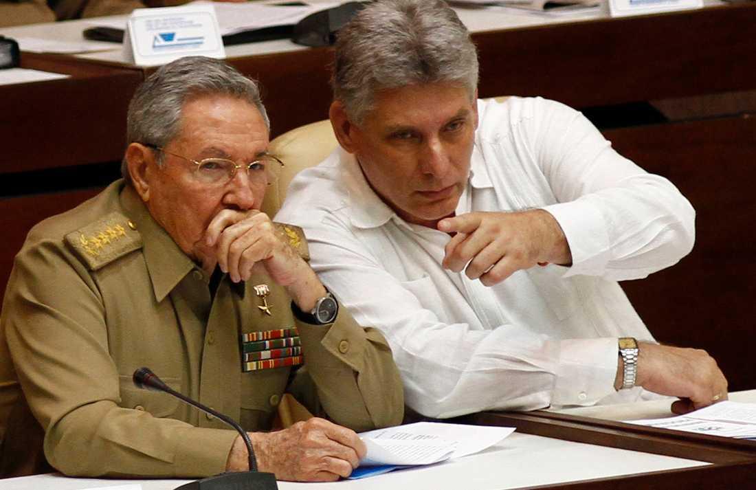 Kubas president Raúl Castro tillsammans med sin vicepresident och blivande efterträdare Miguel Diaz-Canel i nationalförsamlingen i Havanna för några år sedan.
