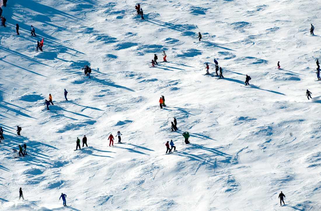 Lagom till att många sportlovsfirare ska bila till och från fjällen slår både en snö- och halksmocka till.