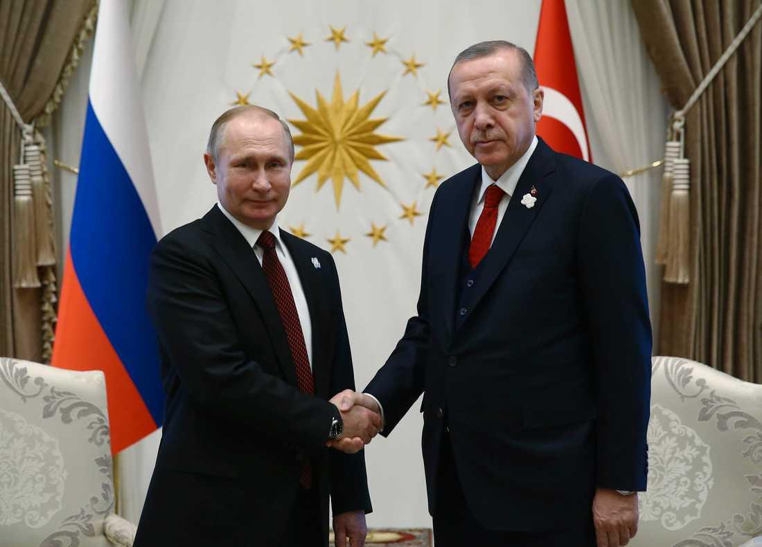 Turkiets president Recep Tayyip Erdogan söker bättre vänner. Här skakar han hand med Rysslands president Vladimir Putin (t.v) vid ett möte tidigare i år. Arkivbild.