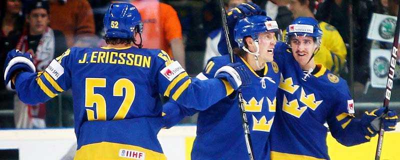 succé-vm Tre Kronors framfart i Tyskland har tvingat ett spelbolag att justera guldoddset. Nu är Sverige favoriter att spela VM-final mot Ryssland på söndag.