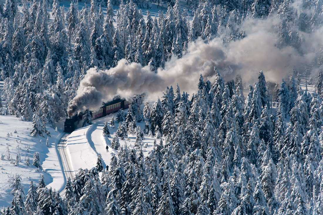 Ett tåg ringlar fram i ett vinterlandskap i centrala Tyskland.