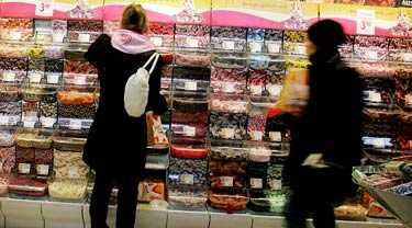 """Lönsamt begär Den här stormarknaden säljer 1,4 ton smågodis - i veckan. Det är en av de mest lönsamma varorna, med en vinstmarginal på 25-35 procent. Sedan väggarna med lösviktsgodis började bre ut sig har svenskarnas godiskonsumtion ökat med nästan 50 procent. """"Jag vet inte varför konsumtionen ökar"""", säger godisdirektören Morgan Christoffersson."""