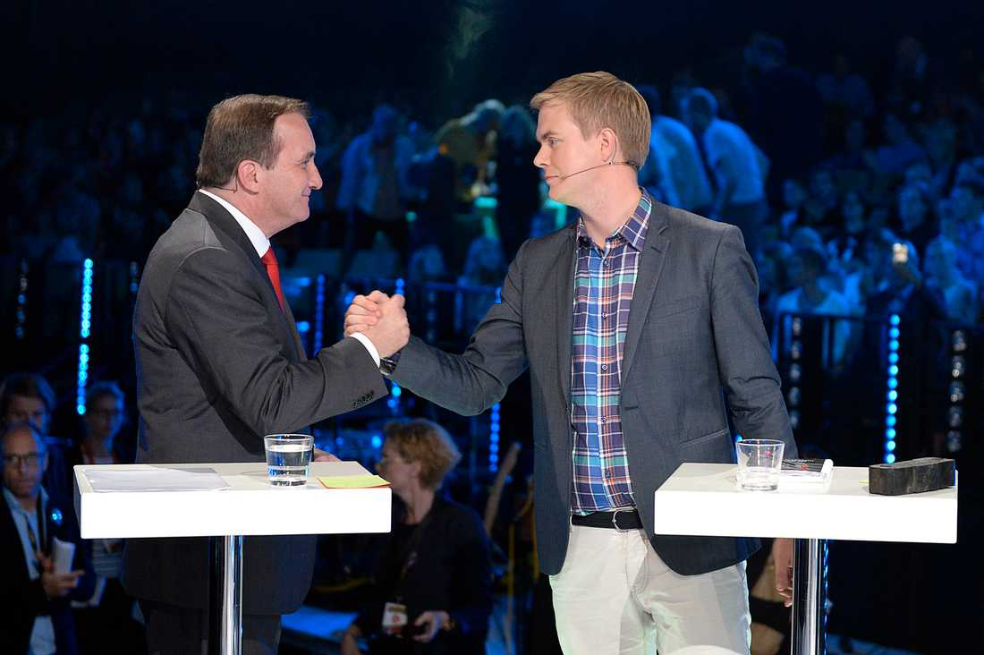 Stefan Löfven (s) och Gustaf Fridolin (MP) diskuterade hockey i pausen.