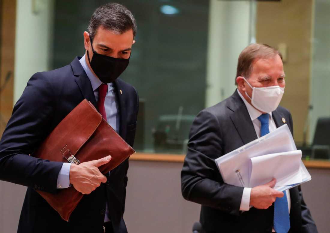 Spaniens premiärminister Pedro Sánchez och statsminister Stefan Löfven på väg in på EU:s kanske viktigaste toppmöte på länge, om långtidsbudget och coronakrisstöd. Munskydd var påbjudet av Europeiska rådets ordförande vid ankomsten.