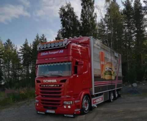 Jesper Carlssons lastbil väger 64 ton när den är lastad.
