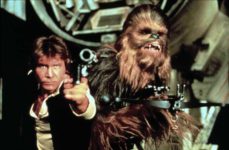Stjärnornas Krig. Harrison Ford i rollen som Han Solo och Peter Mayhew som Chewbacca.