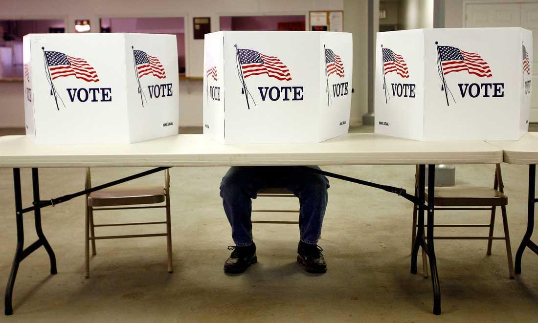 En person röstar i Flyshing, Ohio.