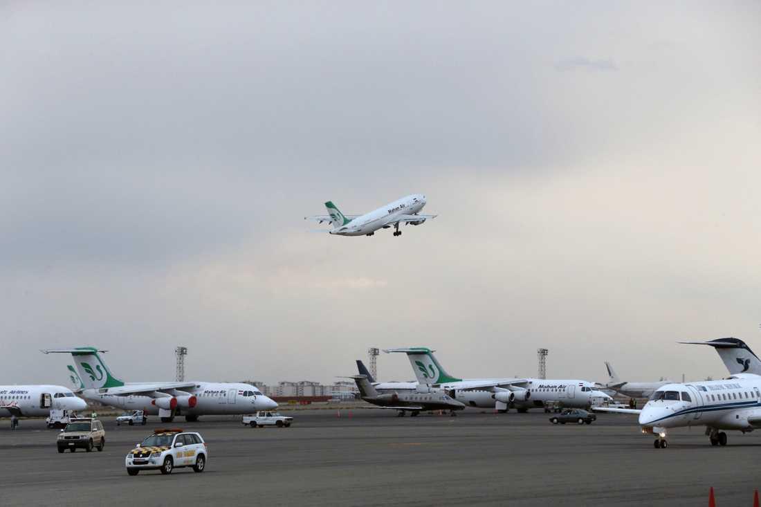Plan från Mahan Air på flygplatsen i Tehran. Arkivbild.
