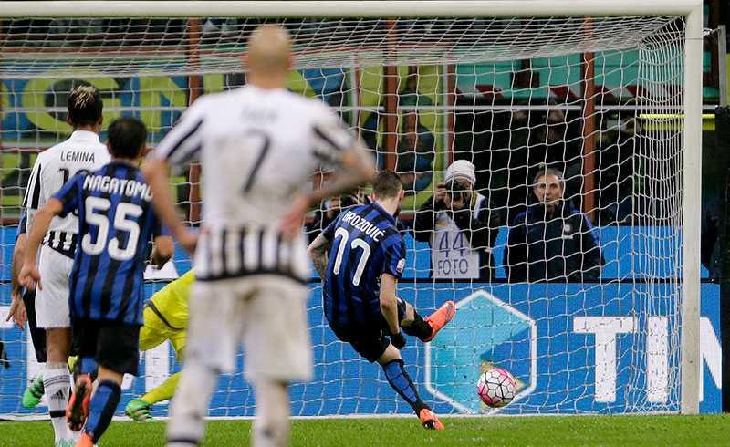 Marcelo Brozovic rullar in en straff mot Juventus.