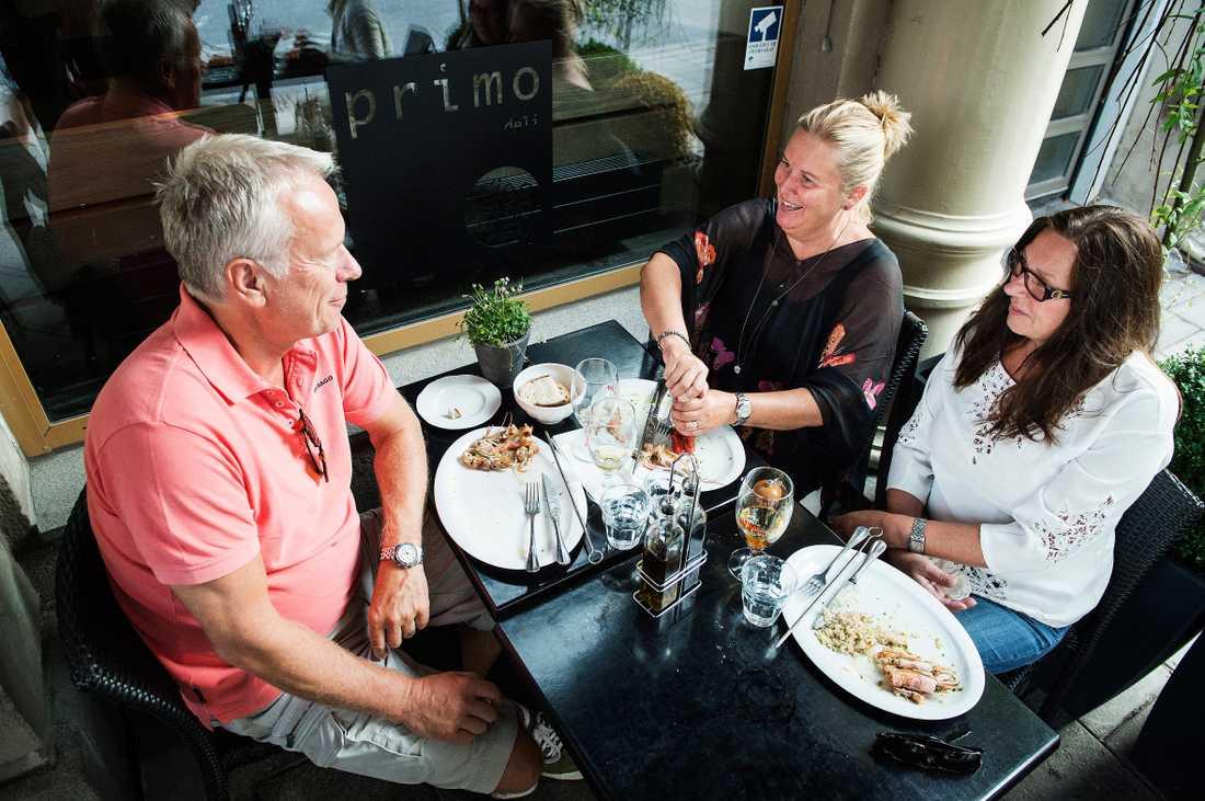 """""""KAN VARA FARLIGT"""" Marie Johansson (mitten) från Täby, som här äter middag med Thomas Olsson och Inga-Lill Holly, drar ner på saltet under sommaren. """"Jag vet att salt kan vara farligt för dem som har högt blodtryck, därför tillsätter jag inte salt när jag lagar mat"""", säger hon."""