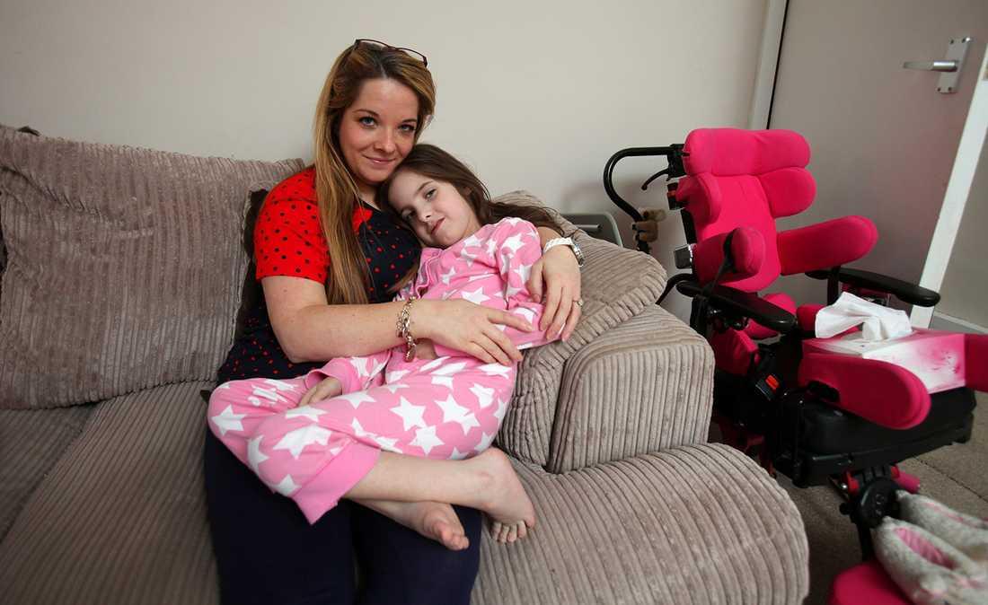 Katie, 7, från skotska West Dunbartonshire föddes med en nervsjukdom och sitter i rullstol. Hennes mamma Clare Lally, 33, har under två år vädjat till kommunen om att få en ramp installerad på tomten - så att dottern ska kunna ta sig upp till dörren.