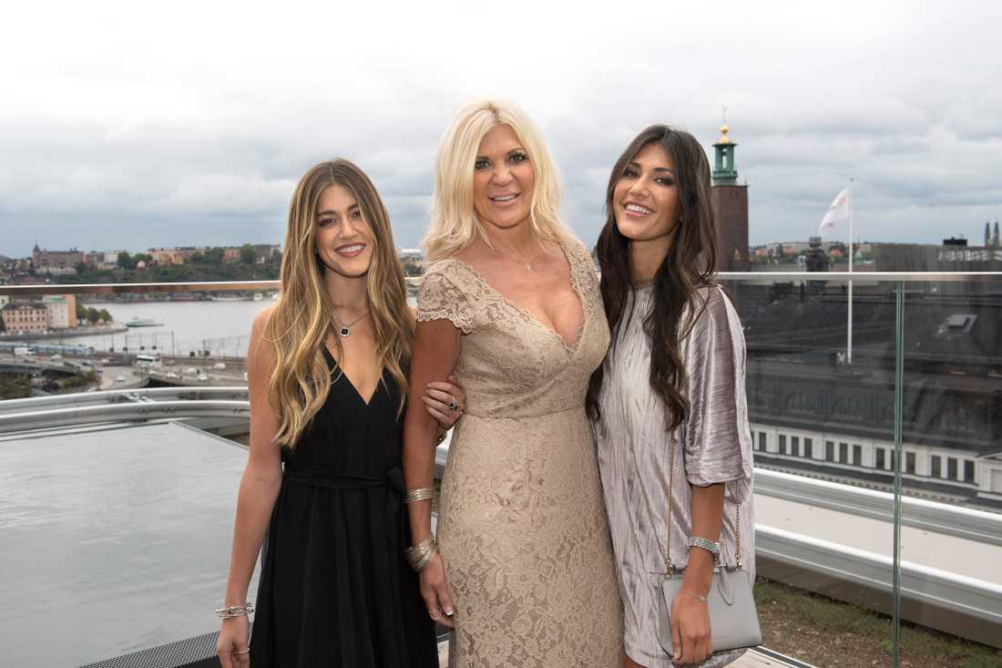 Sara Montazami (till höger) med systern Hanna Montazami och mamma Maria Montazami.