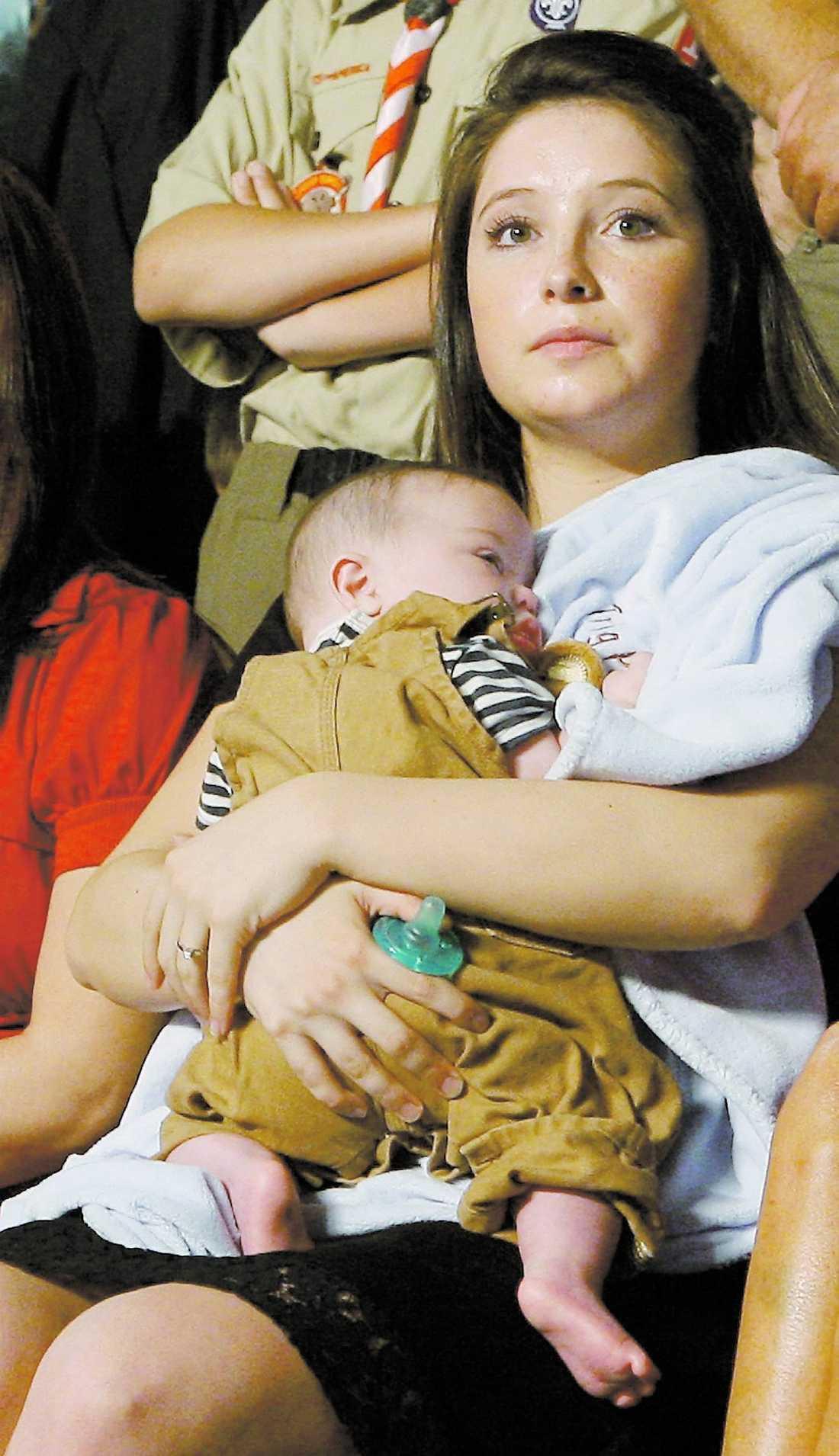 VÄNTAR BARN Vicepresidentkandidatens ogifta dotter Bristol Palin, 17, är gravid i femte månaden. Här tillsammans med sin mammas nyfödde son Trig. Foto: AP