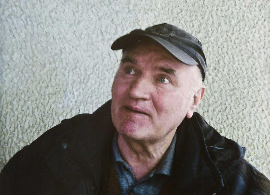 """GREPS I TRÄDGÅRDEN Enligt poliskällor greps Ratko Mladic, 69, under en rutinkontroll i en liten by. Enligt AP ska han ha viskat:""""Jag är Ratko Mladic"""" till poliserna."""