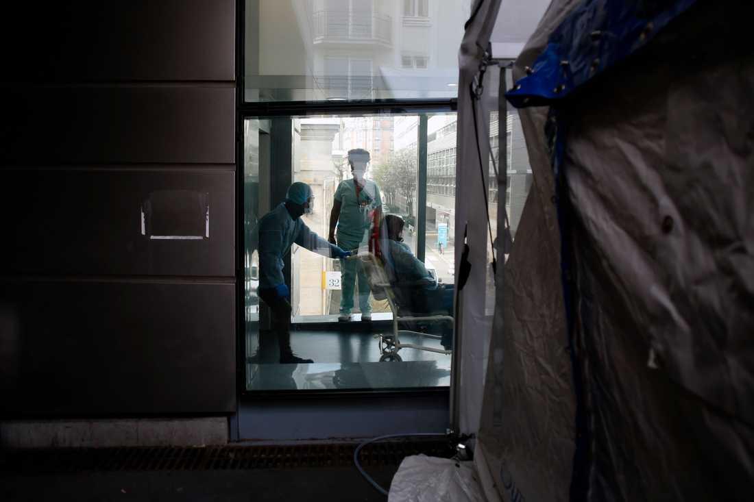 En patient kommer till ett sjukhus i Paris. Arkivbild.